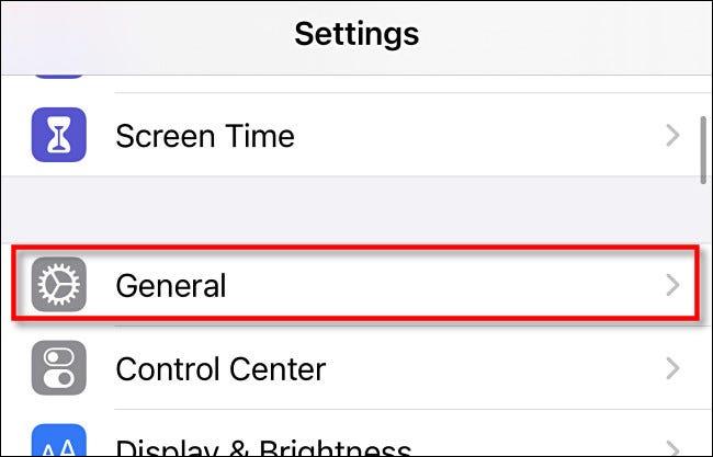 """في """"الإعدادات"""" على iPhone ، انقر على """"عام""""."""